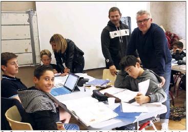 Greg Fouque (responsable de l'école de rugby) et Franck Eloy (secrétaire) supervisent les devoirs.